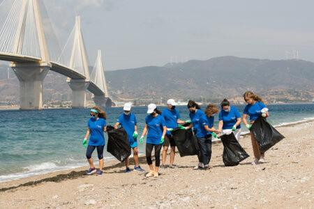 """Ο Όμιλος ΗΡΑΚΛΗΣ υλοποίησε περιβαλλοντική δράση καθαρισμού στο Ρίο-  Ένωσε τις δυνάμεις του με την ομάδα δυτών """"We Dive We Clean"""" για τον καθαρισμό του λιμανιού της περιοχής"""